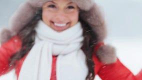 Mujer feliz que juega con nieve al aire libre en invierno almacen de metraje de vídeo