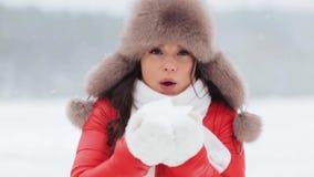 Mujer feliz que juega con nieve al aire libre en invierno almacen de video