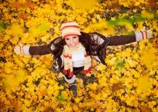 Mujer feliz que juega en otoño Imagenes de archivo