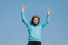 Mujer feliz que levanta las manos Imagen de archivo