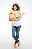 Mujer feliz que lleva a cabo el copyspace en la palma Imagen de archivo