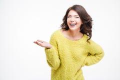 Mujer feliz que lleva a cabo el copyspace en la palma Imagen de archivo libre de regalías