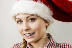 Mujer feliz que lleva el sombrero del ayudante de Santa Claus Fotos de archivo