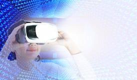 Mujer feliz que lleva realidad virtual en gráficos modernos fotografía de archivo libre de regalías