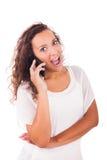 Mujer feliz que manda un SMS en su teléfono fotos de archivo libres de regalías