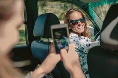 Mujer feliz que mira a su amigo para una foto Foto de archivo libre de regalías