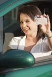 Mujer feliz que muestra el carné de conducir Imagen de archivo