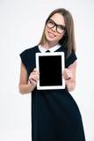 Mujer feliz que muestra la tableta Imagenes de archivo