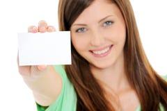 Mujer feliz que muestra la tarjeta en blanco del bussiness a disposición Imagen de archivo libre de regalías