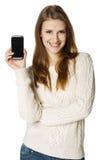 Mujer feliz que muestra su teléfono móvil Foto de archivo