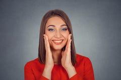 Mujer feliz que parece excitada, sorprendido en incredulidad completa fotografía de archivo