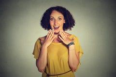 ¿Mujer feliz que parece excitada, sorprendido en incredulidad completa, las manos en el pecho, es yo? Fotos de archivo libres de regalías