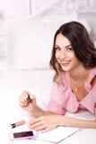 Mujer feliz que pinta sus clavos, espacio libre Fotografía de archivo
