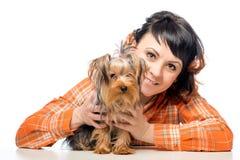 Mujer feliz que presenta con su terrier de Yorkshire Foto de archivo