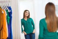 Mujer feliz que presenta en el espejo en el guardarropa casero Fotos de archivo