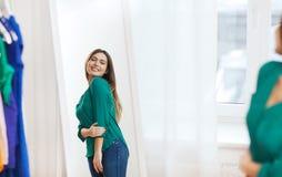 Mujer feliz que presenta en el espejo en el guardarropa casero Fotos de archivo libres de regalías