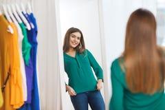 Mujer feliz que presenta en el espejo en el guardarropa casero Imagenes de archivo