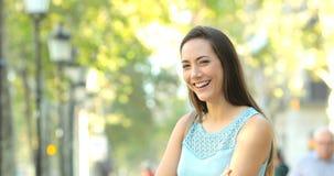 Mujer feliz que presenta en la calle metrajes