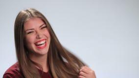 Mujer feliz que ríe contra el fondo blanco almacen de video