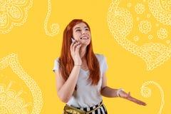 Mujer feliz que ríe mientras que habla en el teléfono Fotos de archivo libres de regalías