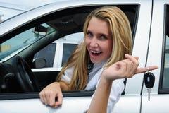 Mujer feliz que recibe clave del coche foto de archivo libre de regalías
