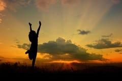 Mujer feliz que salta al cielo azul del clound Fotografía de archivo