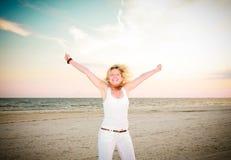 Mujer feliz que salta para la alegría Fotos de archivo