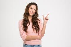 Mujer feliz que señala el finger lejos Fotografía de archivo