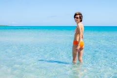 Mujer feliz que se baña en un mar claro Fotografía de archivo libre de regalías