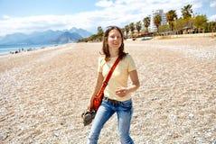 Mujer feliz que se ejecuta en la playa Foto de archivo libre de regalías