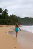 Mujer feliz que se ejecuta en la playa del Caribe Imágenes de archivo libres de regalías