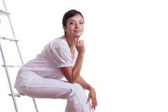 Mujer feliz que se sienta en escalera de paso Imagenes de archivo