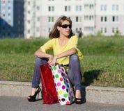 Mujer feliz que se sienta en la frontera Imagen de archivo
