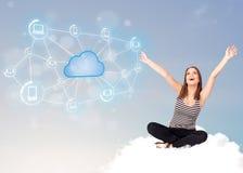 Mujer feliz que se sienta en la nube con la computación de la nube Fotos de archivo libres de regalías