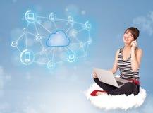 Mujer feliz que se sienta en la nube con la computación de la nube Fotografía de archivo libre de regalías