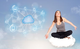 Mujer feliz que se sienta en la nube con la computación de la nube Foto de archivo libre de regalías