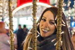 Mujer feliz que siente el ambiente urbano de la Navidad en la noche Wom feliz Foto de archivo