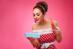Mujer feliz que soporta los panieres Pin-para arriba Fotos de archivo libres de regalías