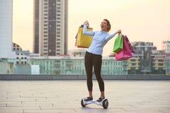 Mujer feliz que sostiene bolsos coloridos Fotografía de archivo