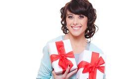 Mujer feliz que sostiene dos rectángulos de regalo Imágenes de archivo libres de regalías