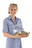Mujer feliz que sostiene el bol de vidrio Fotos de archivo libres de regalías