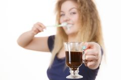 Mujer feliz que sostiene el cepillo de dientes y el café Fotos de archivo