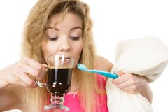 Mujer feliz que sostiene el cepillo de dientes y el café Imagen de archivo libre de regalías
