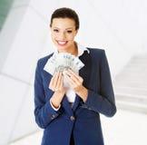 Mujer feliz que sostiene el dinero euro Fotos de archivo