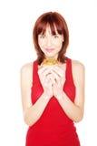 Mujer feliz que sostiene el mollete grande Imagen de archivo libre de regalías