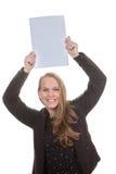 Mujer feliz que sostiene el papel en blanco fotografía de archivo libre de regalías