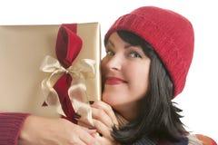 Mujer feliz que sostiene el regalo de la Navidad en blanco Imagen de archivo