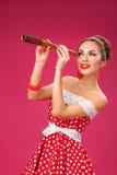 Mujer feliz que sostiene el telescopio Estilo retro Pin-para arriba Imagenes de archivo