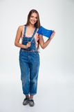 Mujer feliz que sostiene la bandera de unión europea Imagen de archivo libre de regalías