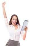 Mujer feliz que sostiene la tableta digital Imagenes de archivo